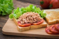 与菜的金枪鱼三明治在木板材 免版税库存照片