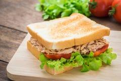 与菜的金枪鱼三明治在木板材 图库摄影