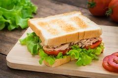 与菜的金枪鱼三明治在木板材 免版税库存图片