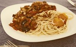 与菜的面团烤了在白色板材的肉和两烤蛋卵黄质 免版税库存照片