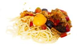 与菜的面团烤了在白色板材的肉和烤蛋卵黄质 库存照片
