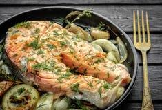 与菜的鲑鱼排在格栅平底锅 免版税库存图片