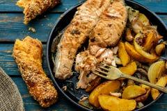 与菜的鲑鱼排在格栅平底锅 免版税图库摄影