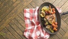 与菜的鸡在一张方格的桌布 免版税库存照片