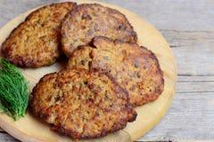 与菜的鸡肝炸肉排 回家炸鸡肝脏炸肉排在一个木板 鸡肝营养 免版税库存图片