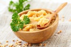 与菜的黄豌豆纯汁浓汤 库存照片
