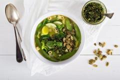 与菜的绿色蔬菜通心粉汤 免版税库存照片