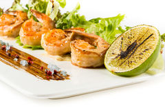 与菜的经验丰富的水多的鸡尾酒虾板材特写镜头 免版税库存照片