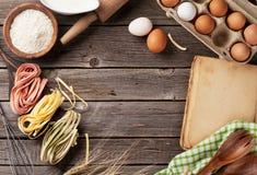 与菜谱、器物和成份的厨房用桌 免版税库存照片