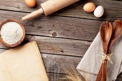 与菜谱、器物和成份的厨房用桌 免版税图库摄影