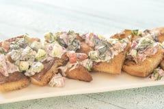 与菜顶部的希腊皮塔饼烤干酪辣味玉米片 免版税库存图片