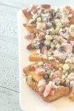 与菜顶部的希腊皮塔饼烤干酪辣味玉米片 库存图片