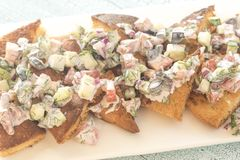 与菜顶部的希腊皮塔饼烤干酪辣味玉米片 库存照片