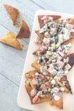 与菜顶部的希腊皮塔饼烤干酪辣味玉米片 免版税图库摄影