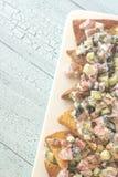 与菜顶部的希腊皮塔饼烤干酪辣味玉米片 图库摄影