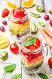 与菜,奎奴亚藜,希腊的酸奶的自创彩虹沙拉 库存照片