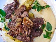 与菠菜和土豆rosti的切的平底锅牛肉 免版税库存照片