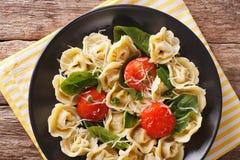 与菠菜和巴马干酪特写镜头的意大利意大利式饺子在板材 库存照片