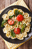 与菠菜和巴马干酪特写镜头的意大利意大利式饺子在板材 免版税库存图片