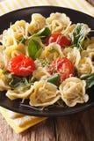 与菠菜和巴马干酪特写镜头的意大利意大利式饺子 垂直 图库摄影