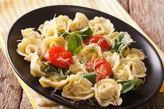 与菠菜和巴马干酪特写镜头的意大利意大利式饺子 horizonta 免版税库存图片