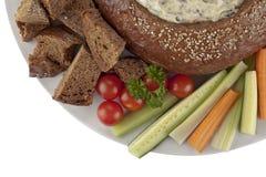 与菠菜垂度菜切片和面包的裸麦粉粗面包面包 免版税库存照片