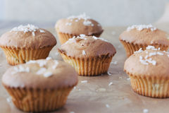 与菠萝和椰子剥落的甜自创杯形蛋糕 图库摄影