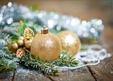 与菩提树开花的圣诞节构成在老木桌上 图库摄影