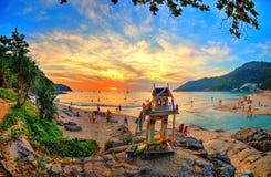 与菩萨寺庙的史诗海滩日落 免版税库存照片