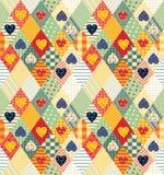 与菱形和心脏的五颜六色的无缝的补缀品样式 免版税库存图片