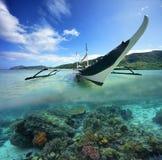 与菲律宾小船的旅行看板卡在绿色海岛背景  免版税库存图片
