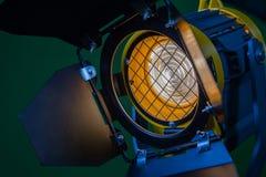 与菲涅耳透镜和卤素灯的一盏聚光灯 拍摄和摄制的设备在内部 特写镜头 免版税库存照片
