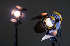 与菲涅耳透镜的两盏卤素聚光灯 射击在演播室或在内部 电视,电影,照片 库存照片