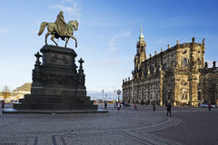 与萨克森雕象的国王约翰的Theaterplatz 免版税库存照片