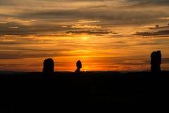 与落日射线的平衡的岩石日落风景 免版税库存图片