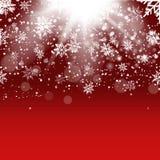与落的金雪花的圣诞节和新年红色背景 向量 免版税库存图片