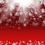 与落的金雪花的圣诞节和新年红色背景 向量 库存照片