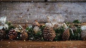 与落的雪的录影构成在有许多杉木锥体的书桌 股票视频