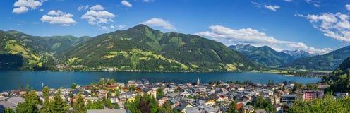 与著名村庄滨湖采尔,萨尔茨堡的美好的高山山风景土地,奥地利 免版税库存照片