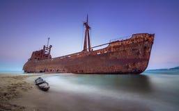 与著名生锈的海难的希腊海岸线在吉雄附近的格利法扎海滩, Gythio拉哥尼亚伯罗奔尼撒 免版税库存图片