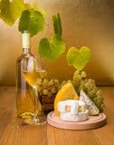 与葡萄和乳酪快餐的白葡萄酒 图库摄影