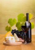 与葡萄和乳酪快餐的红葡萄酒 免版税库存图片