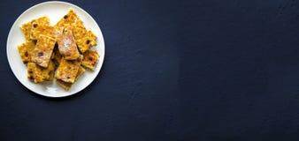 与葡萄干切片的自创酸奶干酪砂锅 免版税库存照片
