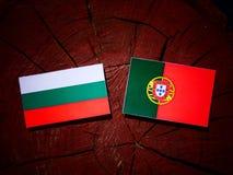 与葡萄牙旗子的保加利亚旗子在被隔绝的树桩 皇族释放例证