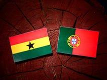 与葡萄牙旗子的加纳的旗子在被隔绝的树桩 向量例证