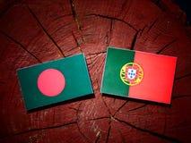 与葡萄牙旗子的孟加拉国旗子在被隔绝的树桩 库存例证