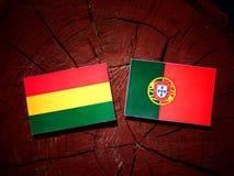 与葡萄牙旗子的玻利维亚的旗子在被隔绝的树桩 库存例证