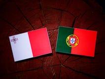 与葡萄牙旗子的马尔他旗子在被隔绝的树桩 向量例证