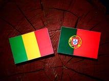 与葡萄牙旗子的马里旗子在被隔绝的树桩 库存例证