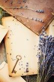 与葡萄酒书、钥匙和淡紫色的减速火箭的静物画从上面开花,在木桌上的怀乡构成 免版税库存照片